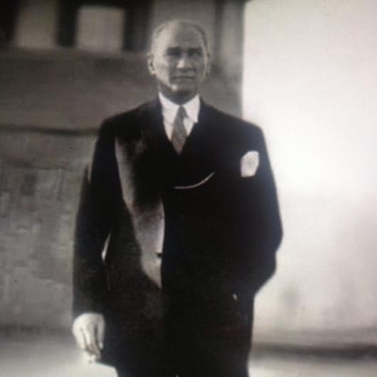 Ünlü isimler 10 Kasım'da Atatürk'ü saygı ve özlemle andı