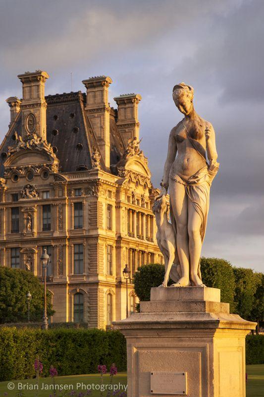 Statue in jardin des tuileries with musee du louvre beyond paris france brian jannsen - Statues jardin des tuileries ...