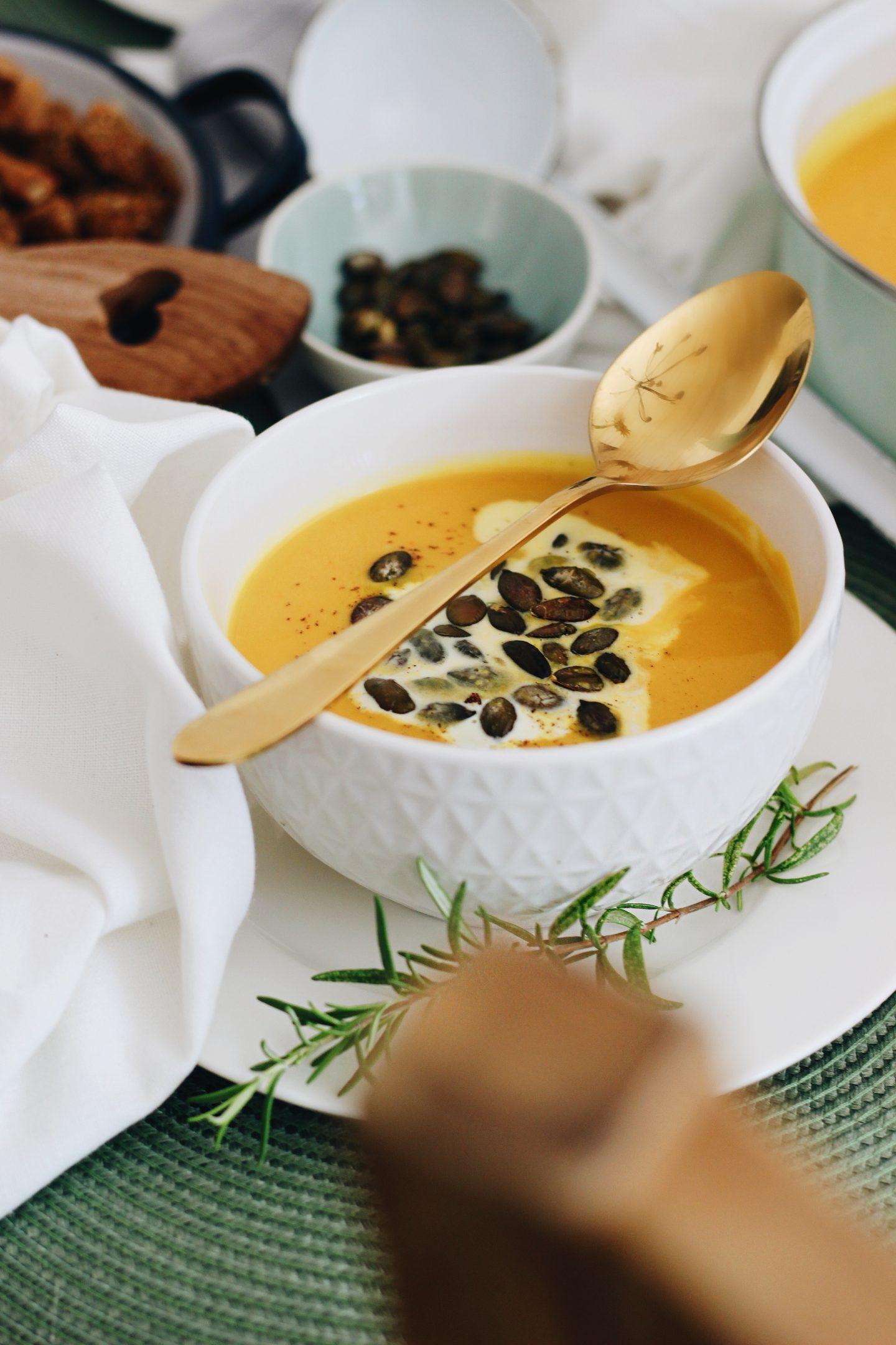 FOOD | Es herbst'lt: Klassische Kürbiscremesuppe mit Dinkel-Roggen-Croûtons