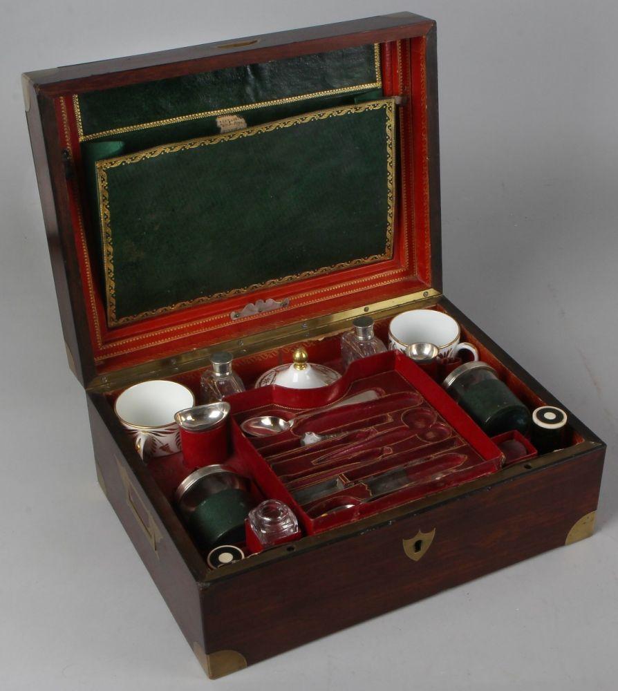 Belle Français boîte à thé en acajou du 19ème siècle avec porcelaine tasses, cuillères, récipients et Fl