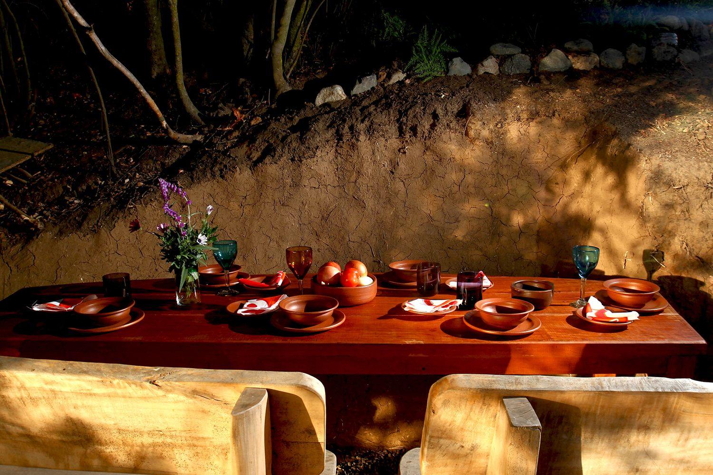 Mesa con platos de greda de Pomaire. Chilecaray