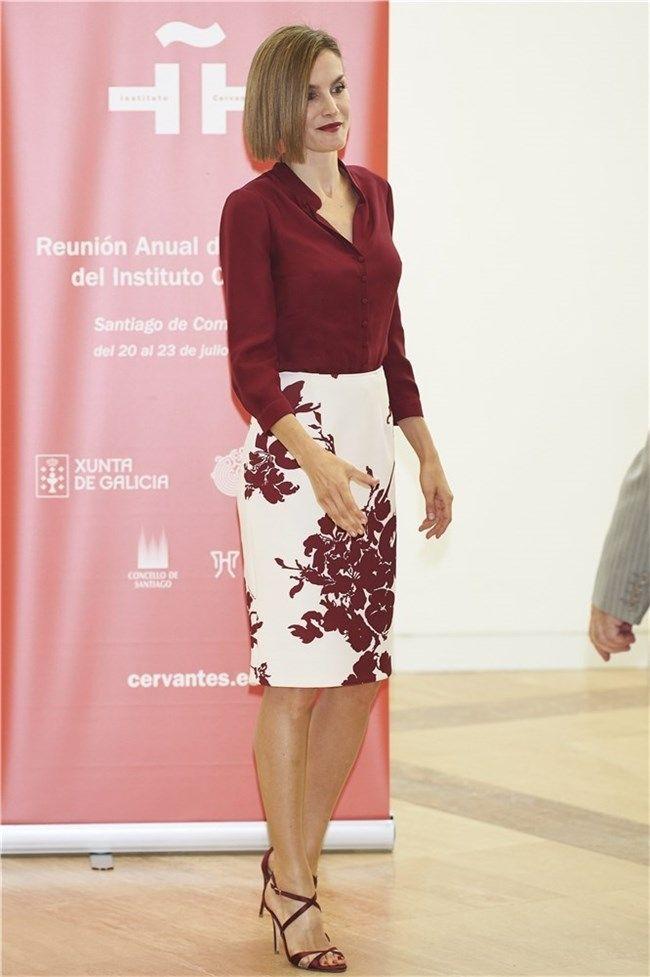 Doña Letizia con blusa y falda lápiz estampada en Santiago de ...