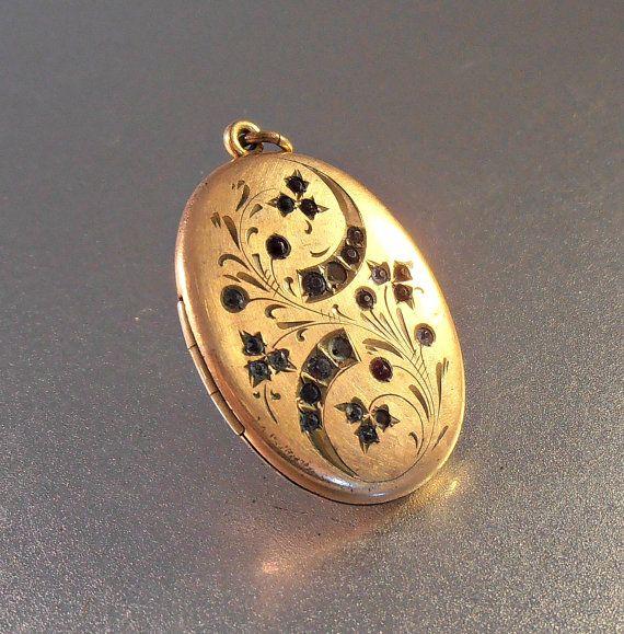 Victorian Etched Paste Locket Atrice Rose Gold by LynnHislopJewels #vogueteam #etchedlocket #goldlocket #picturelocket #etsygifts