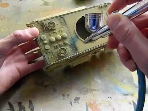 Video de pintura con aerógrafo de un tanque y envejecimiento