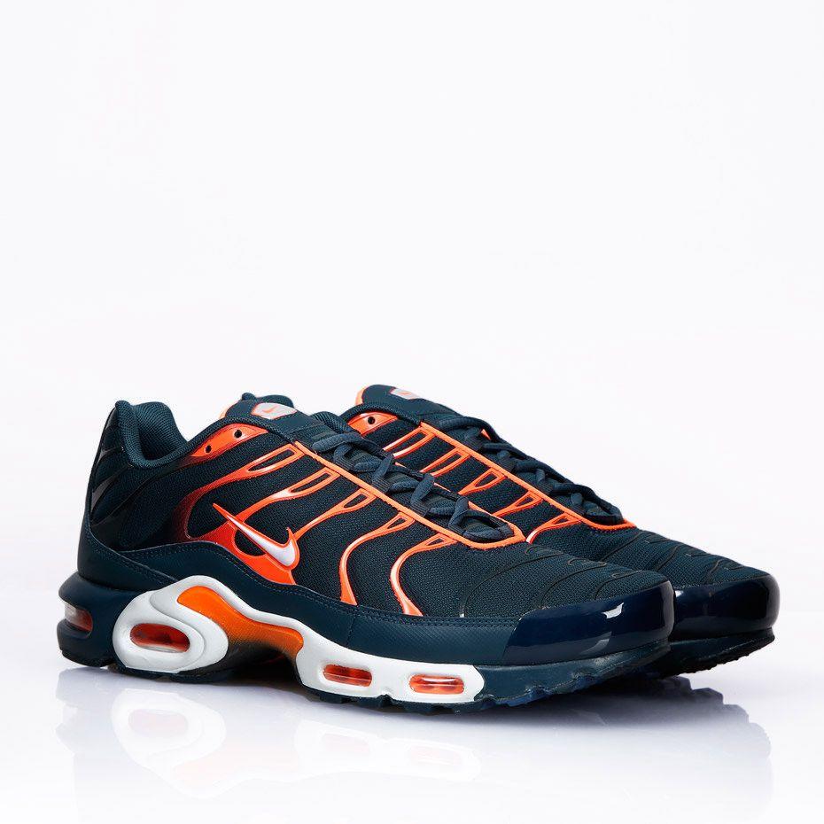 Nike Air Max Plus Sneakers från Nike Sportswear med Tuned Air-teknologi integrerad i sulan. Produktkod:Armory Navy: 852630-4003.University Red: 852630-600. - Air Max dämpad sula.- Skinnförstärkt hälparti.- Gummiförstärkt tå.- Lättviktskonstruktion.- Insida i fukttransporterande mesh.Material:Ovandel: Mesh, Syntet, Skinn.Foder: Mesh.Sula: Gummi.