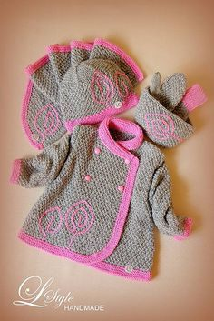 ...setík - svetrík, čiapočka, šálik, čelenka a rukavičky - je upletený z príjemnej akrylovej priadze v kombinácii ružovo-azalková na sivej... ...svetrík má dvojradové zapínanie na plastové ...