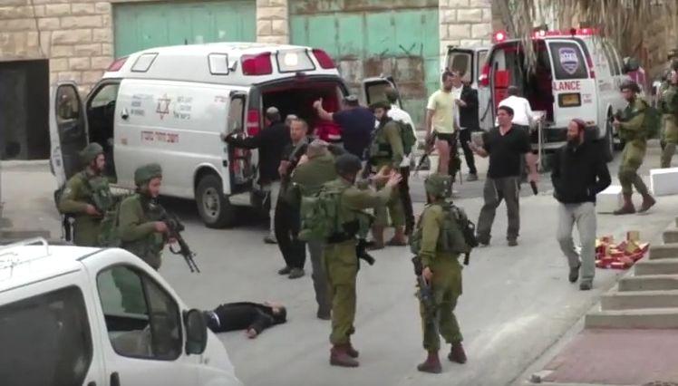 Un soldado israelí remata con un tiro en la cabeza a un palestino que yace herido en el suelo