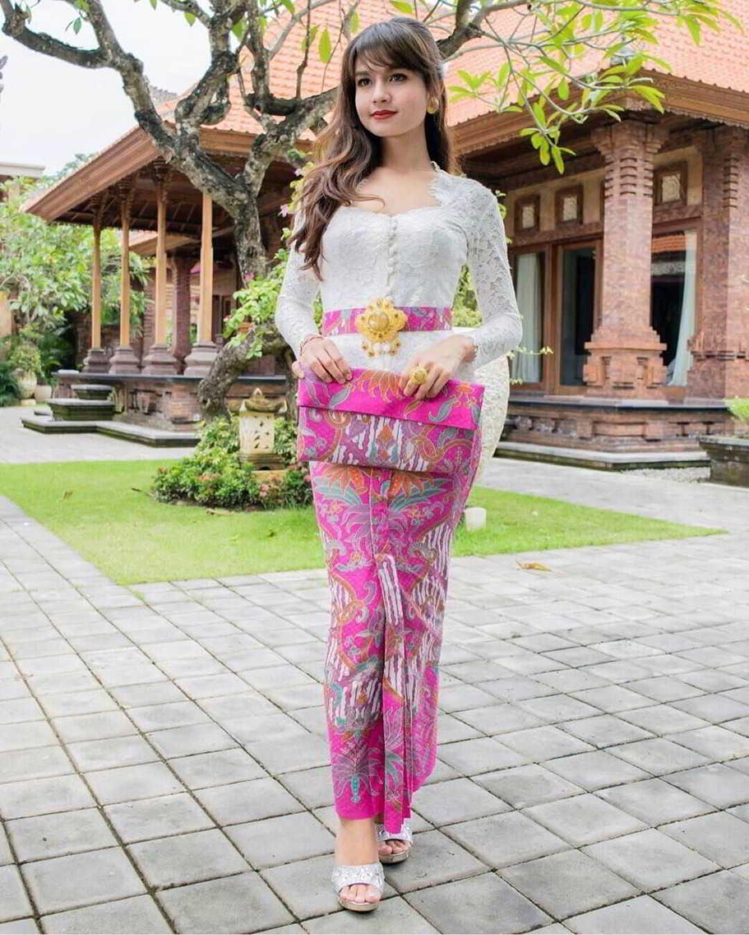 12 Contoh Model Kebaya Bali Warna Putih Modern Cantik Kebaya
