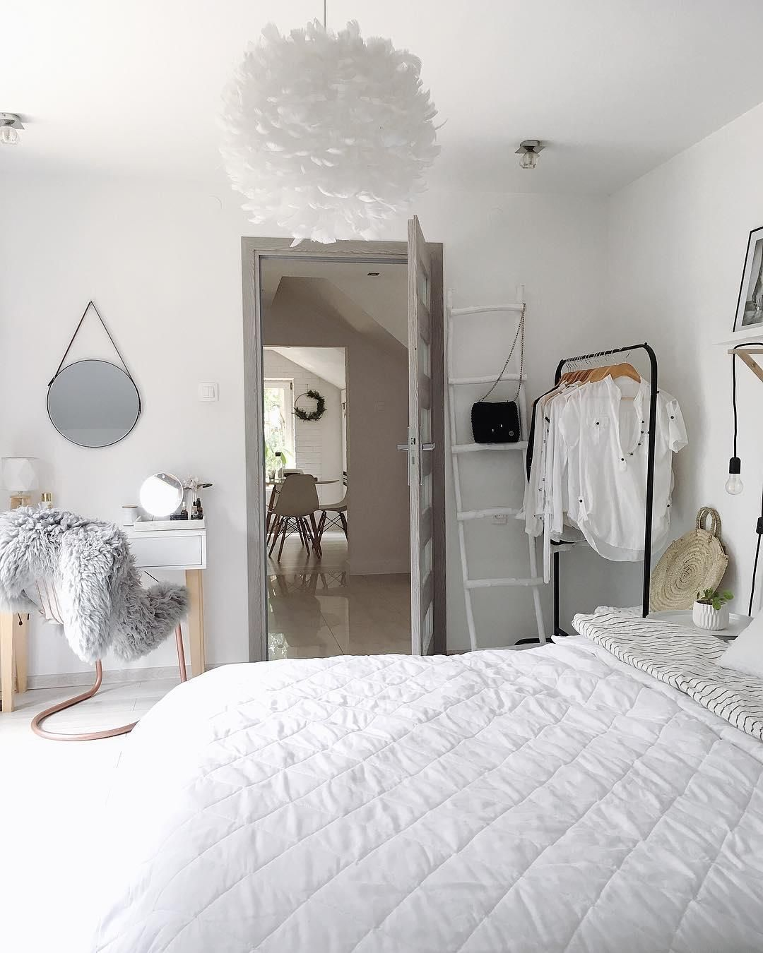 Sanfte Träume Sind In Diesem Schlafzimmer Im Zeitlosen Look In Weiß Und  Grau Vorprogrammiert. Die