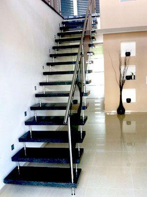 Eine gewendelte treppe aus dem granit labrador blue pearl. dieser ...