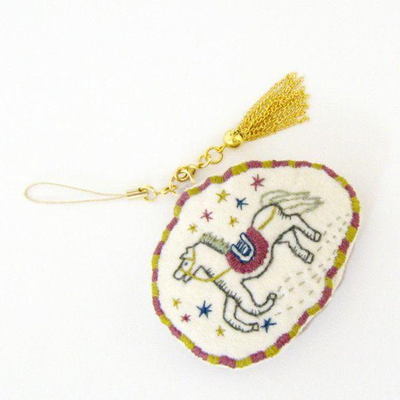 メリーゴーランドをキラっと刺繍したストラップです。|ハンドメイド、手作り、手仕事品の通販・販売・購入ならCreema。