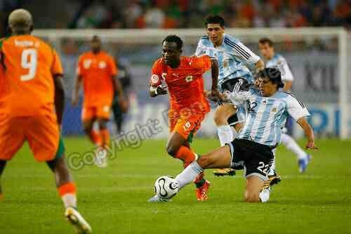 Argentina 2 Ivory Coast 1 in 2006 in Hamburg. Lucho Gonzalez tackles Didier Zakora in Group C #WorldCupFinals