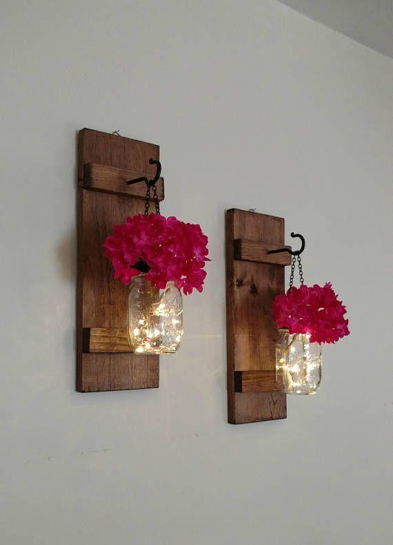Satz von 2 hängenden Einmachglas Wandlampen mit Lichtern rustikale Inneneinrichtungen Satz von 2 Bauernhaus Wanddekoration Einmachglas Lichter Einmachglas Wanddekoration #masonjardecorating