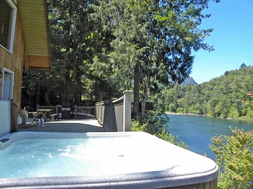 Stevens Pass cabin rental - Hot tub above the river