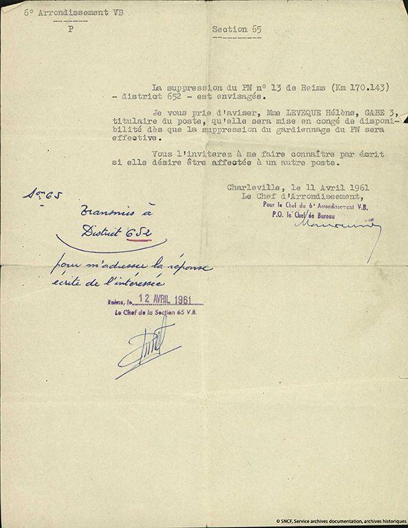 10| Lettre informant Mme Lévêque de la suppression de son poste de garde-barrière au passage à niveau 13 à Reims, 11 avril 1961. Mme Lévêque fut garde-barrière au PN13 de Reims, de 1942 au 2 janvier 1962. Elle était rattachée au service Voie et Bâtiments (VB). De 1962 à 1968, elle fut mise en disponibilité et fut femme de ménage dans les locaux SNCF de la gare de Reims.