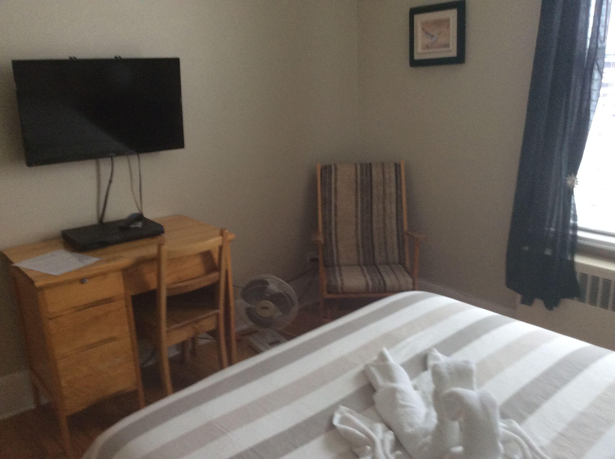 chambre avec lit double lavabo tv pour deux personnes au couette caf la qu b coise 418. Black Bedroom Furniture Sets. Home Design Ideas
