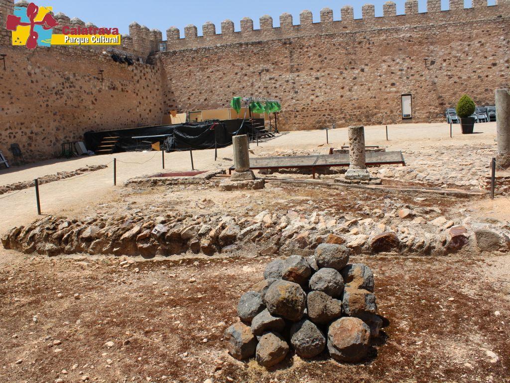 Vista del patio de armas del Castillo de Dña Berenguela, en donde podemos apreciar, los restos de las diferentes dependencias que albergaba la fortaleza a lo largo de su historia, y en un primer plano los llamados bolaños de origen volcánico.