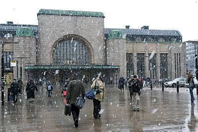 Helsingin rautatieasema räntäkuuron kourissa toukokuussa! 2008. Wet snow in Helsinki Railway Station Ma!y 2008
