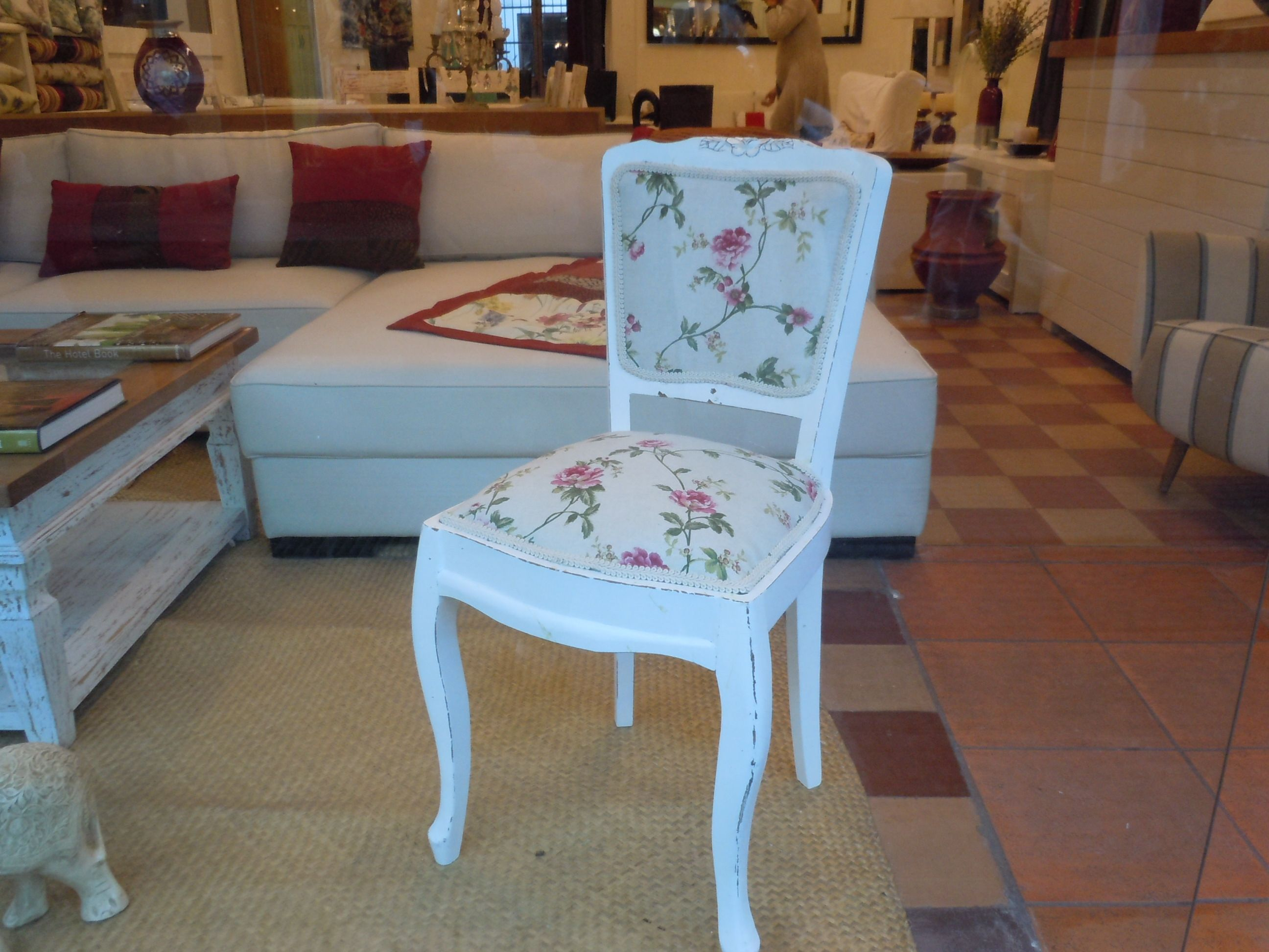 Silla francesa antigua restaurada en el showroom de vinzon for Sillas comedor estampadas