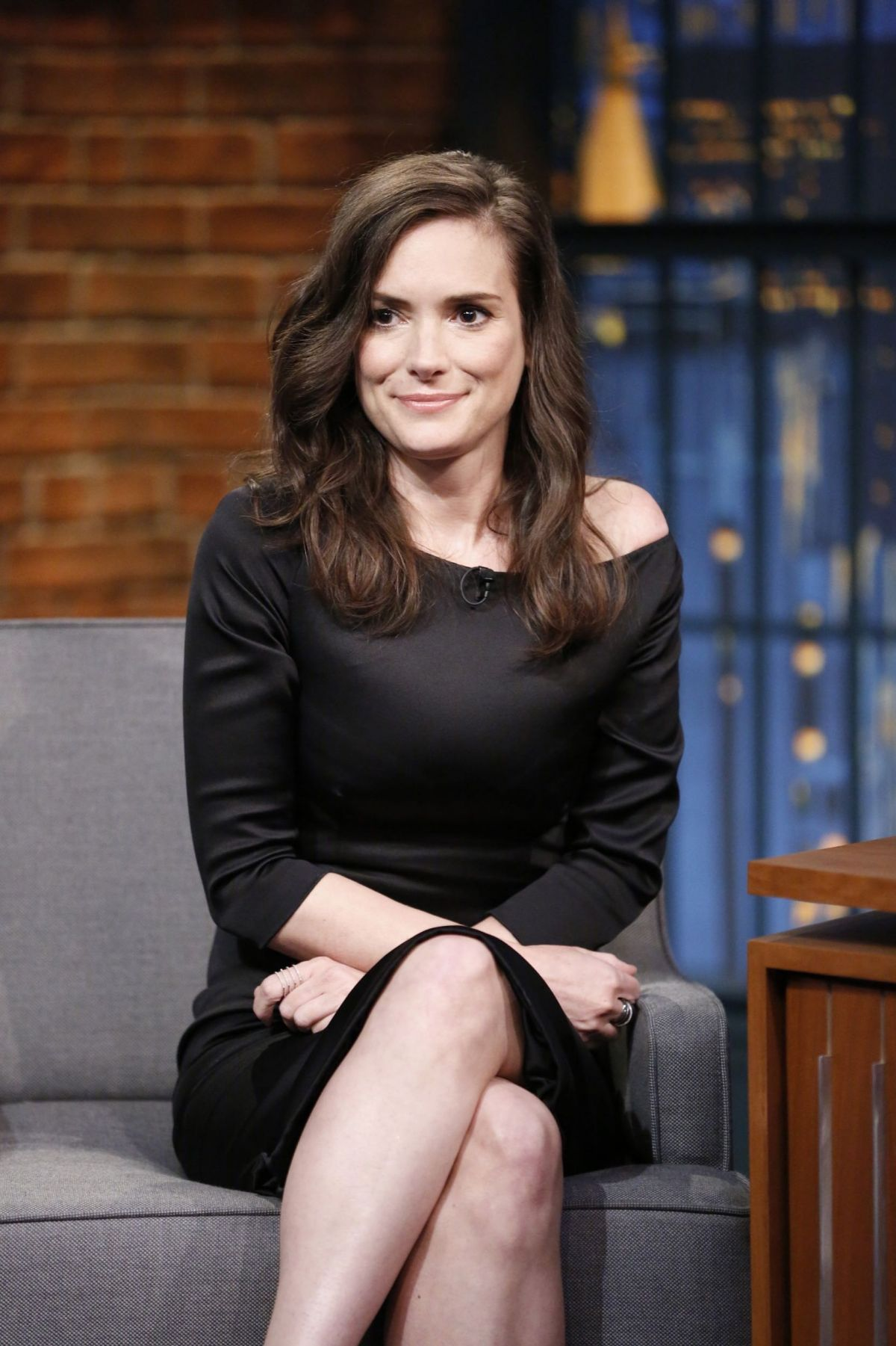 winona-ryder-at-late-night-with-seth-meyers-in-new-york-08-10-2015_1.jpg (1200×1801)