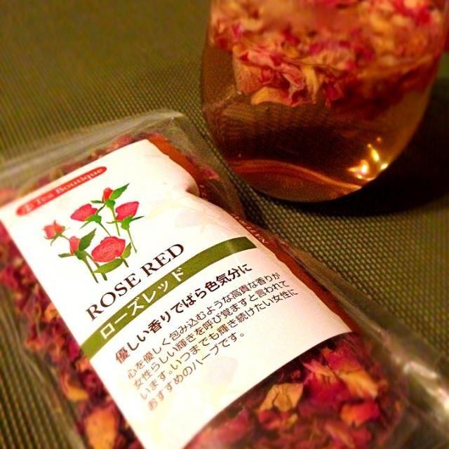 ゆぅさんにいただいたローズレッドティにはちみつを入れて小休憩( *´艸`) とぉってもいい香り呑みやすくてすっきり後味✨ 素敵美味しいハーブティーありがとうございます 女性らしい輝きを呼び覚ます(*≧艸≦)ゆぅさんの様になれるかしら - 113件のもぐもぐ - Honey Rose redハニーローズレッドティ by Ami