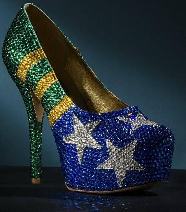 d4f428775 Sapato de designer brasileiro inspirado na Copa é sucesso nos EUA O designer  de sapatos Fernando Pires, famoso pelos saltos altíssimos e por calçar as  ...