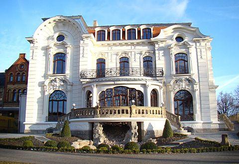 Wei e villa white villa in aschersleben german for Moderne villen deutschland