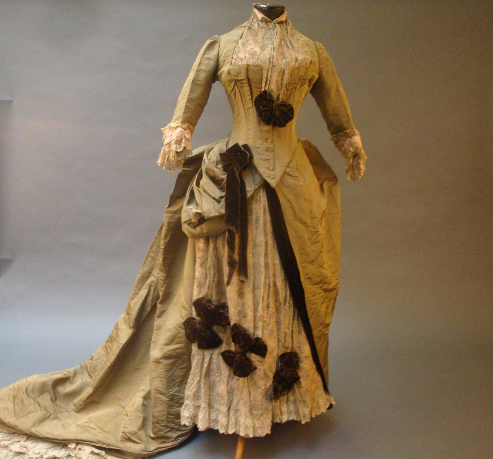 Reception dress (image 1) | House of Worth | France | 1883 | silk, tulle, velvet | Thierry de Maigret | February 2013/Lot 290