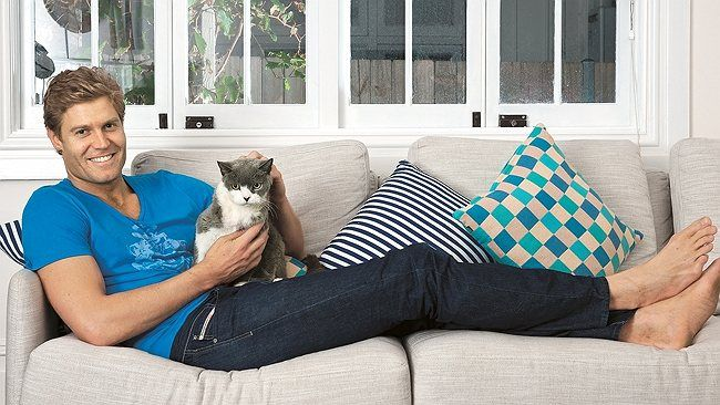 I Don 39 T Know Which One Is Cuter The Kitty Or Chris Brown Oh How I Wish That Was My Couch