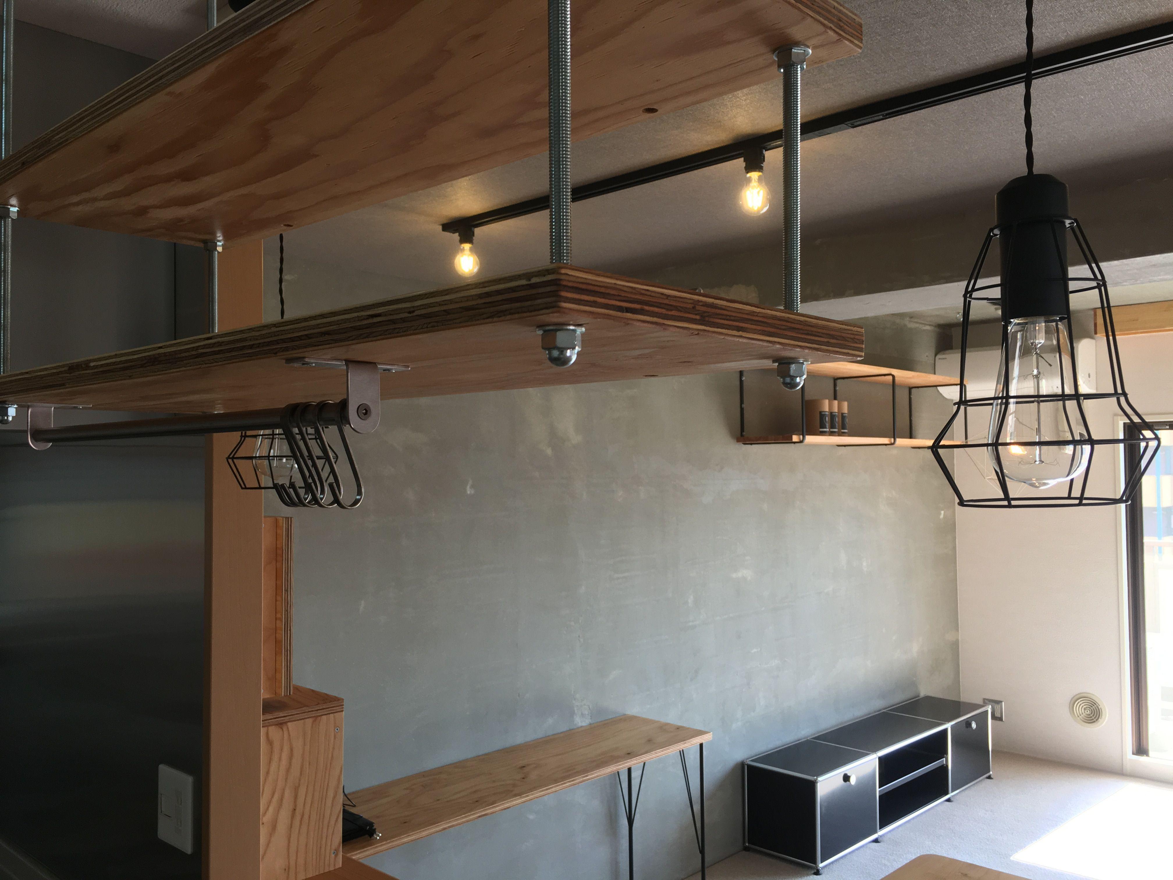 Family Base コンクリートむき出しの壁や梁に露出配管とハード系のマンションリノベーション リビングに隣接したお部屋には小上り家具 収納付 を設置して季節モノの収納やオモチャの収納を確保しつつ上部ではみんなのゴロ リノベーション リビング リノベーション