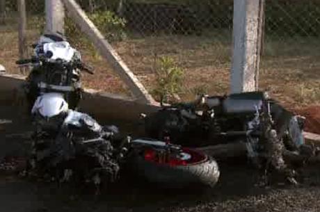 Moto se despedaça no ar após acidente impressionante filmado na BR 060 - http://noticiasembrasilia.com.br/noticias-distrito-federal-cidade-brasilia/2015/06/01/moto-se-despedaca-no-ar-apos-acidente-impressionante-filmado-na-br-060/