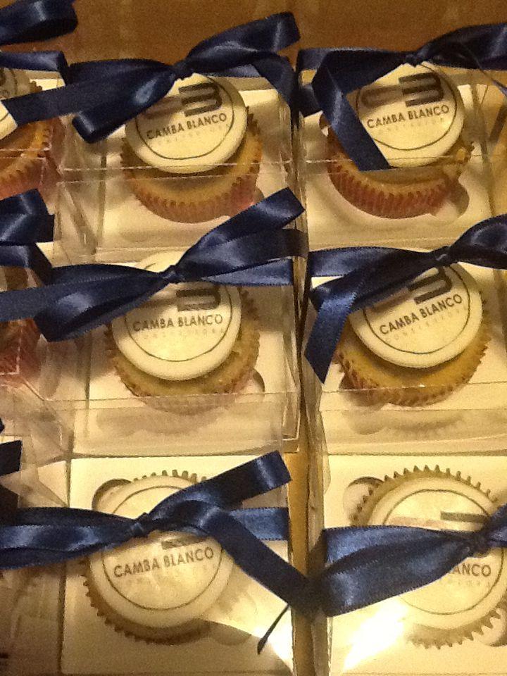Cupcakes Com Logo Presentinho Para Os Funcionarios Da Empresa