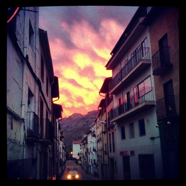 Calle Nueva de #castellote al atardecer. Días de tormentas. #fotovictormartinezmarti
