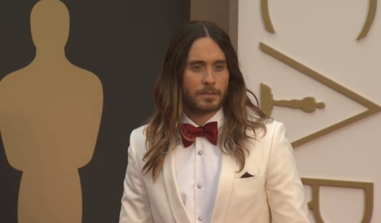 Nominee Jared Leto let his hair down with a white suit #Oscars #redcarpet pic.twitter.com/MrDhh0cU6Z