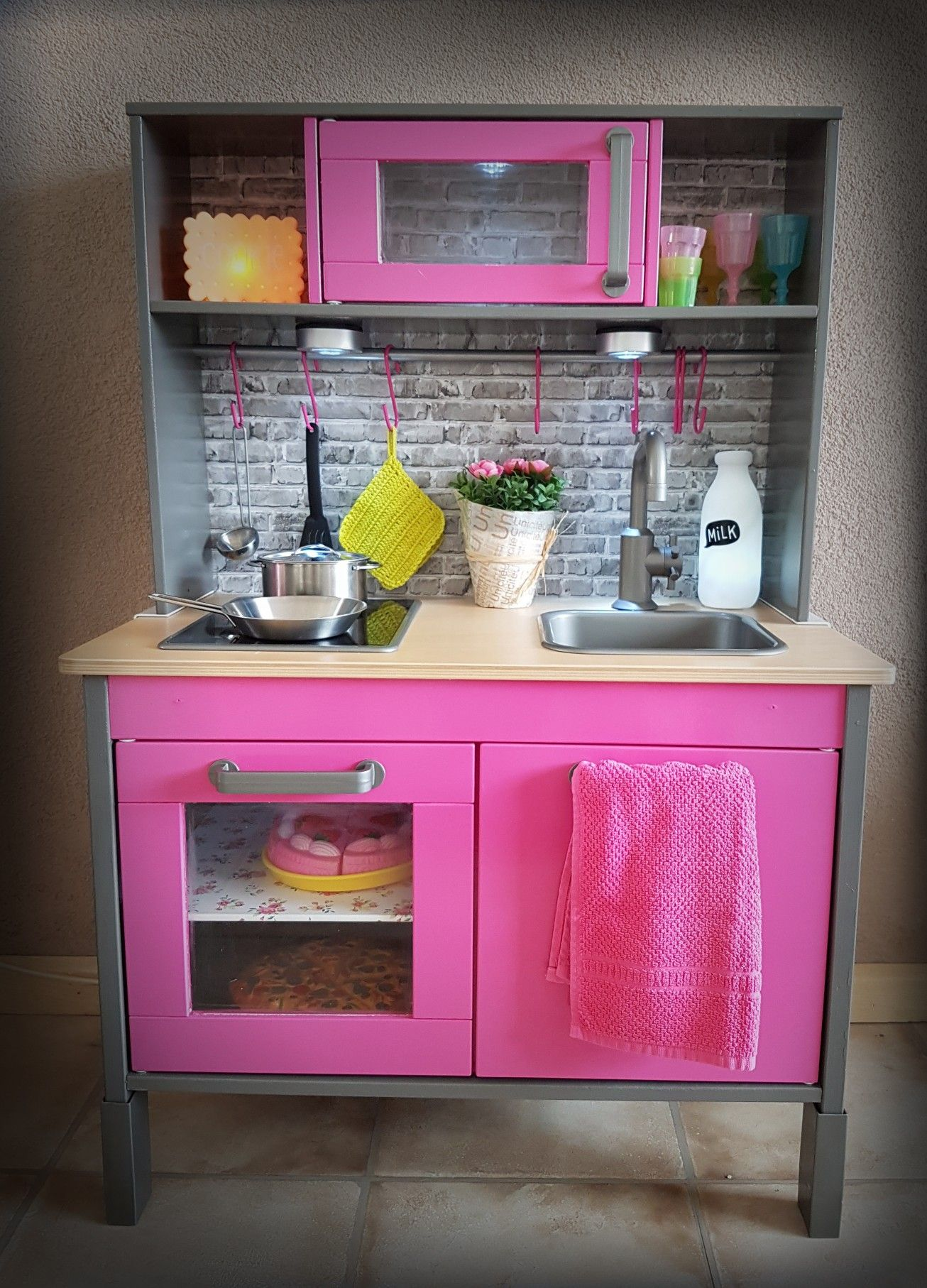 ikea duktig keukentje pimpen diy duktig hack verf donker grijs en intens roze van de gamma. Black Bedroom Furniture Sets. Home Design Ideas