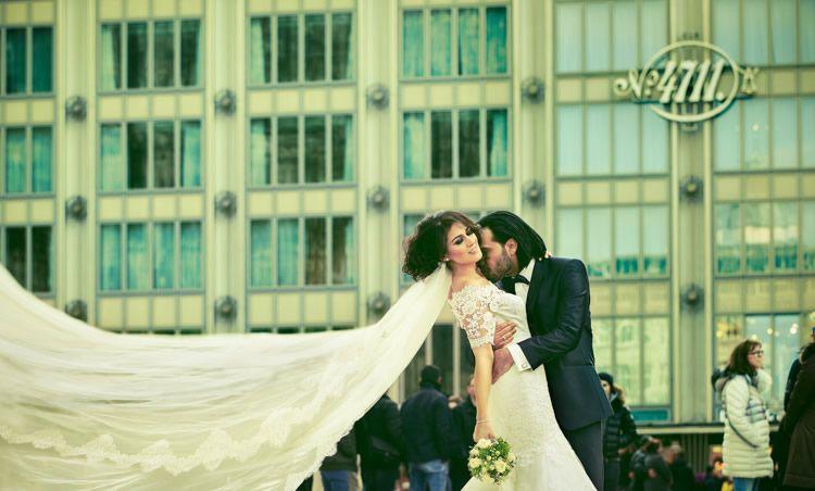 Brautpaar Shooting Im Herzen Von Koln Posing Schleier Hochzeitsfotos Hochzeit Hochzeitsfoto Idee