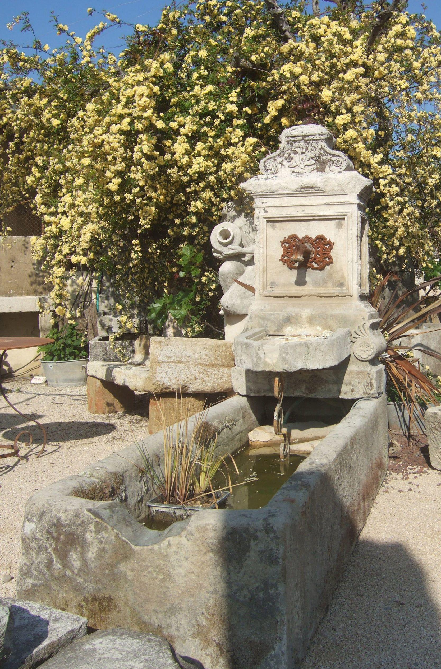 Cette grande et belle fontaine de jardin possède une ...