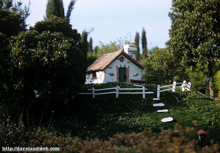 Davelandblog: May 1959, Disneyland, Storybook Land, Pig's brick house.