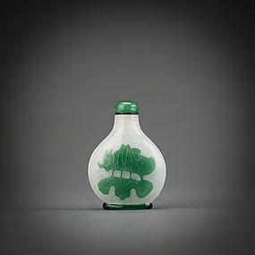 A green overlay glass snuff bottle