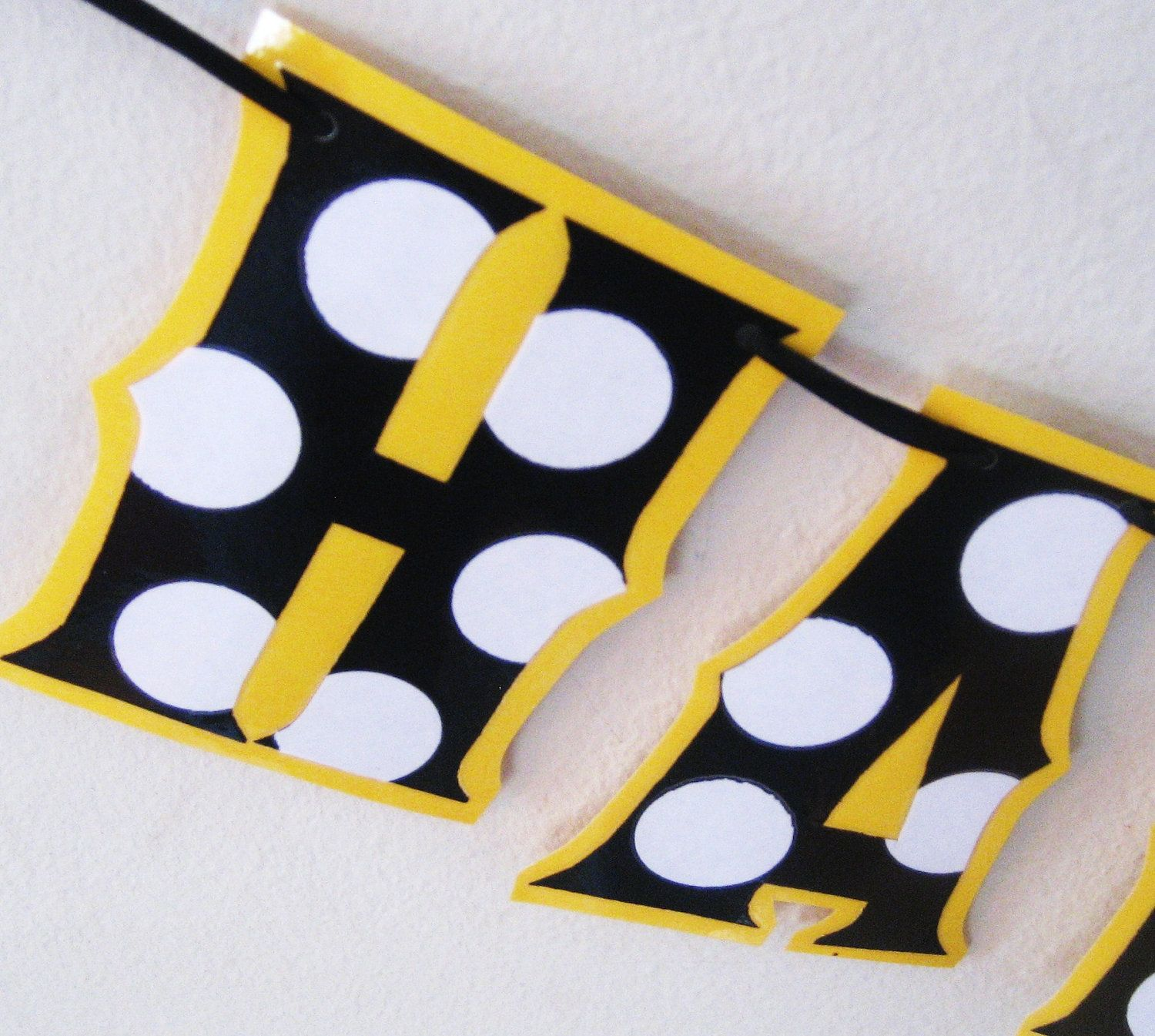 BlACK And WHiTE POlKA DOtS On A