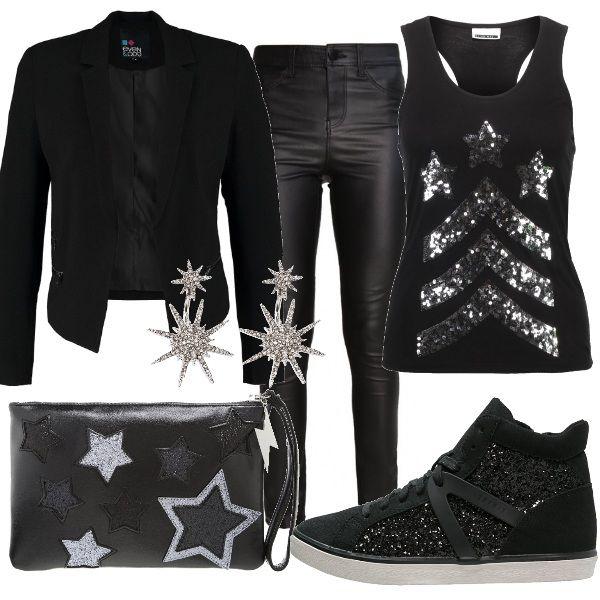 Outfit total black ideale per una serata in discoteca, composto da pantaloni in similpelle, canotta sparkly e blazer. Completano il look le sneakers alte, la pochette e gli orecchini pendenti.