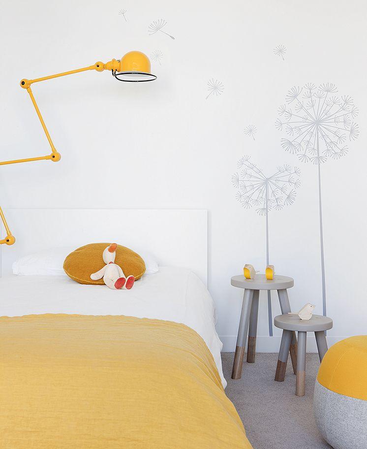 Valko-kelta-harmaa lastenhuone