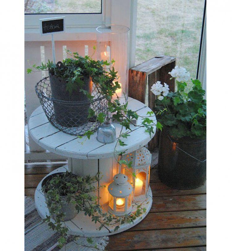 Lanternes vari es et bobine de fil g ante comme table d for Lanterne terrasse exterieure