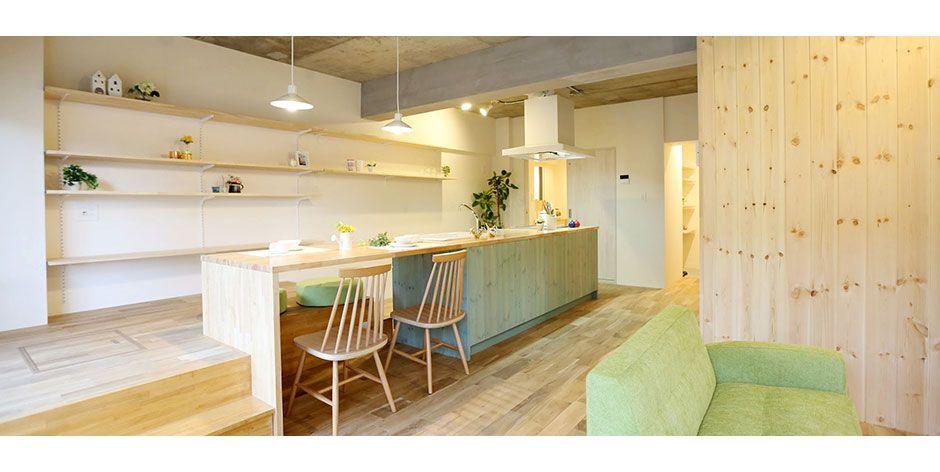 キッチンが出迎える家 自宅で 家 リノベーション 部屋