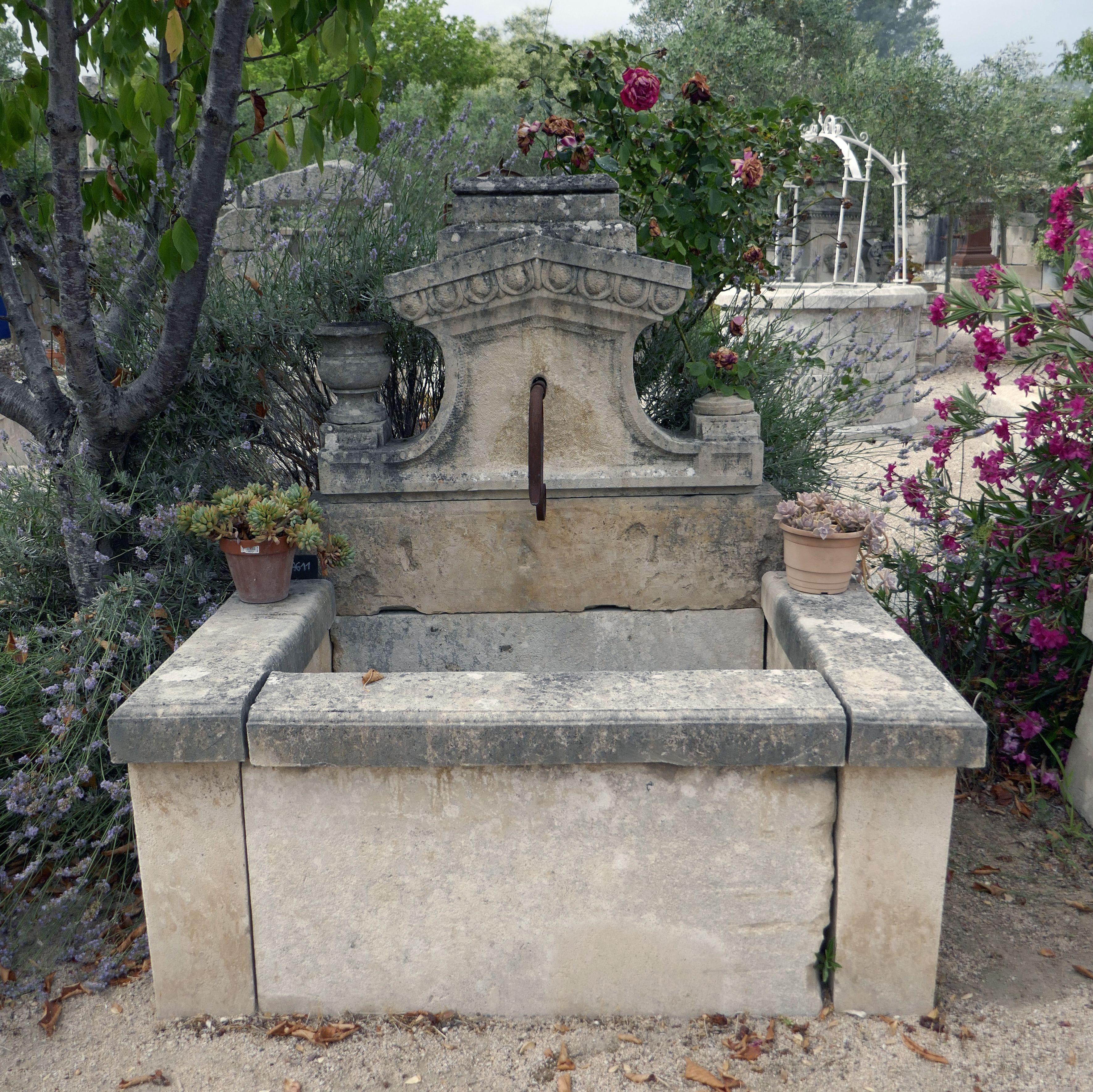 Fontaine Murale De Jardin Avec Fronton Sculpte A La Main Alain Bidal Materiaux Anciens En Provence Fontaine De Jardin Fontaine Murale Materiaux Anciens