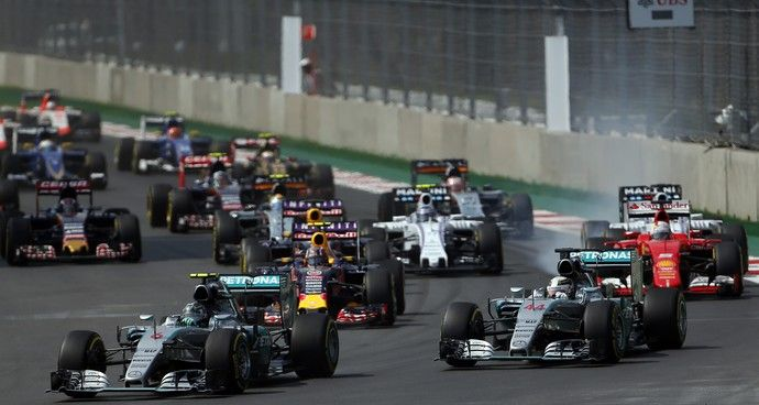Rosberg manteve a ponta na largada, enquanto Vettel se envolveu em confusão com Ricciardo