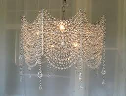 na araña de cristal de cuentas con un suave resplandor de un ambiente romántico por las noches ...