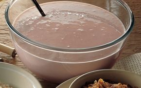 Jordbærkoldskål med ristede havregryn Nem og lækker opskrift på en fedtfattig koldskål med en dejlig smag af jordbær. Et ægte sommerhit, specielt sammen med de smørristede havregryn.