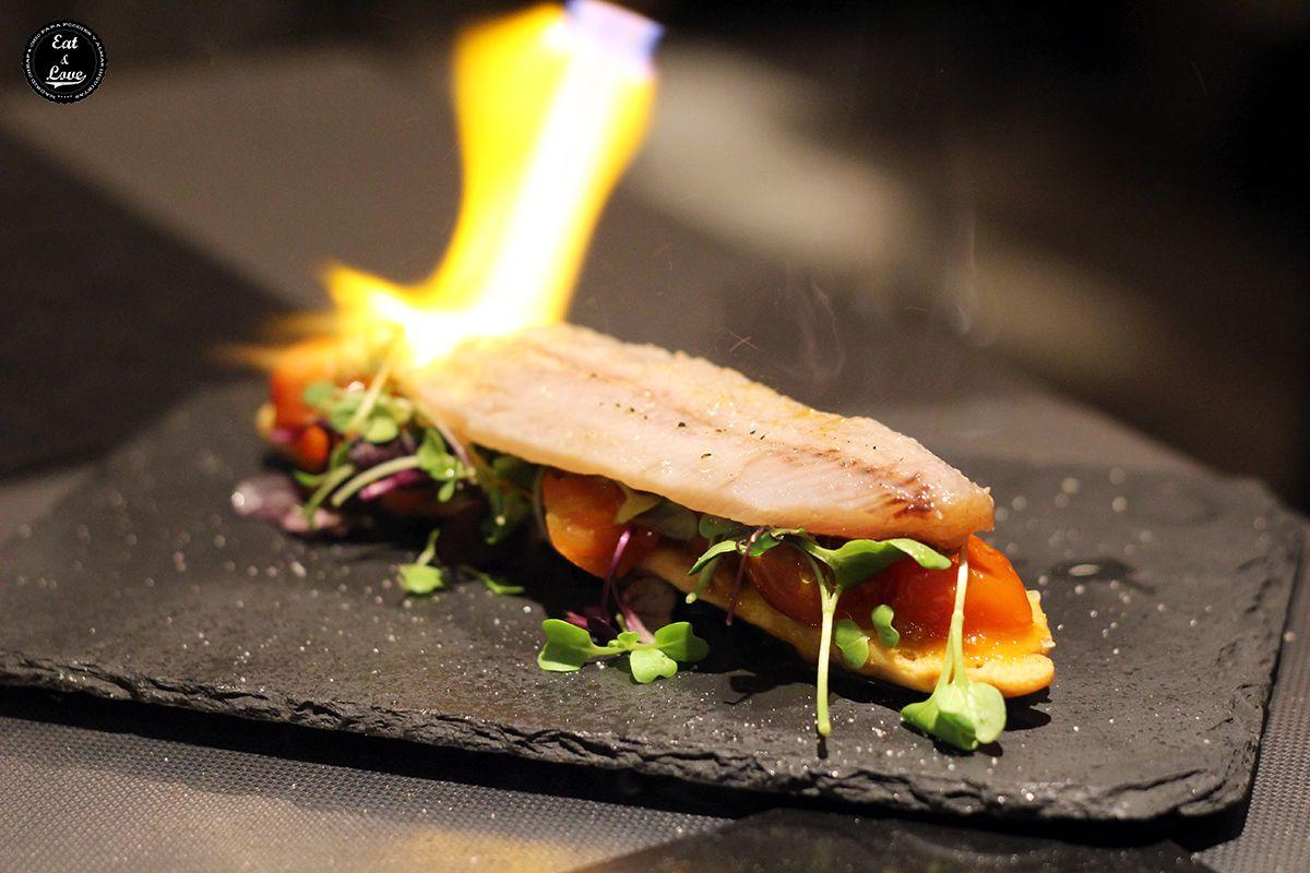 Sardina ahumada en coca con esferificaciones de sésamo en Bocacalle restaurante Madrid