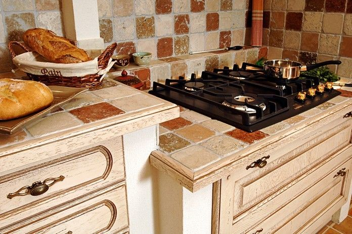 Cuisine provençale intégrée rustique. Aathena cuisiniste professionnel à Istres, 13, vous conseille